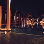 夜间泳池派对