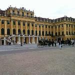 奥匈帝国的皇宫,历经沧桑,欧洲皇宫的感觉都想大house, 这是后门