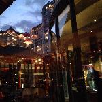 室内向中庭照的 后面是励骏豪庭酒店 中庭专门是露天烧烤的 室内吃炒菜为主