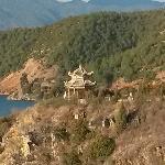 泸沽湖边的格姆山