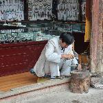 丽江古城里的工艺品店