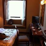 酒店位置在铜锣湾,十分不错,酒店的服务小弟也非常棒,主动帮客人拿行礼并且送到房间。房间虽然不算大,但是干净需要什么都有,尤其是面对维多利亚港,view 也算是不错的!!!