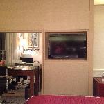 最开始在agoda预定的最便宜的大床房¥294,到前台时免费升级到行政楼层的大床房。