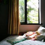 三楼靠窗的床