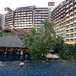 温水泳池和酒店外观