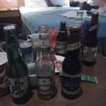 酒店的床,被啤酒喧宾夺主了。