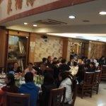 很多外国人都在这里吃,而且筷子还用得不错