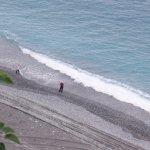 悬崖下面的海滩
