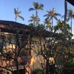 跟团游入住这家老牌五星级酒店,套房很宽敞,两边都有阳台,清晨都有阳光照进来。园林很美,私家海滩沙子细腻,住的很舒适。