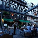 餐厅和对面餐厅的街景