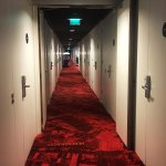 走廊里房间的门一个连一个很魔幻