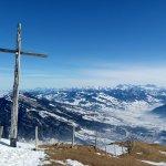 瑞吉山顶的一把十字架