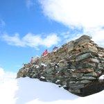 6月山顶的雪景