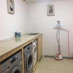 免费的洗衣房。还有烘干机,随洗随穿。很不错