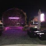 这是我们拍摄的凤凰酒店的清晨和夜晚