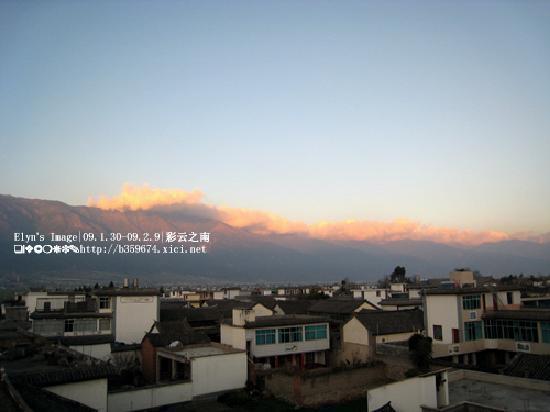 Mingtong Yingxian Hotel (Dali): 天台上看见的山