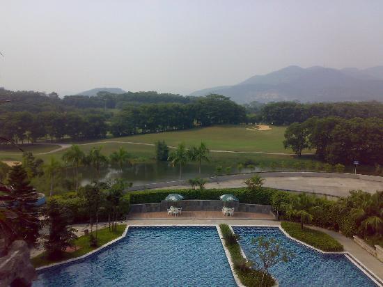 Kaispring Golf Hotel: 从酒店可以看到的游泳池和高尔夫球场