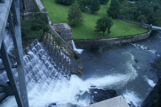New Croton Dam: 克劳顿大坝下游