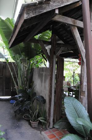 เดอะ 3 ซิส: 后楼的小门