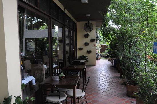 เดอะ 3 ซิส: 沿街的小餐厅