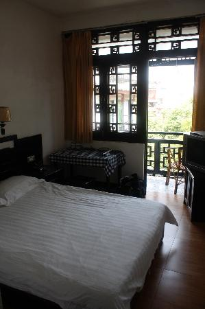 Yangshuo Friend Hotel: 带阳台的房间