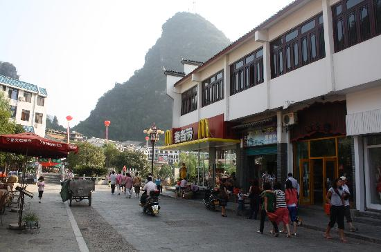 Yangshuo Friend Hotel: 酒店门口