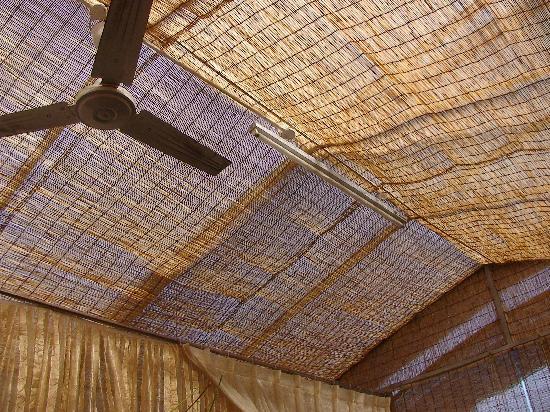 Fang Zhuan Chang Antique Courtyard: 就是这样的屋顶才能叫心情温暖而通透