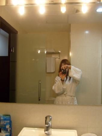 Regius Exhibition Hotel : 行政房的浴室镜子大,上面的照明灯有四个,比普通房间灯也多了一个