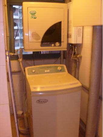 Metropark Service Apartment Shanghai: 还有洗衣机和烘衣服的,第一次见到烘衣机。