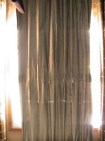Home Inn (Guangzhou Shangxiajiu Business Pedestrian Street): 隔离阳光的窗帘因为使用时间太长已经漏光了