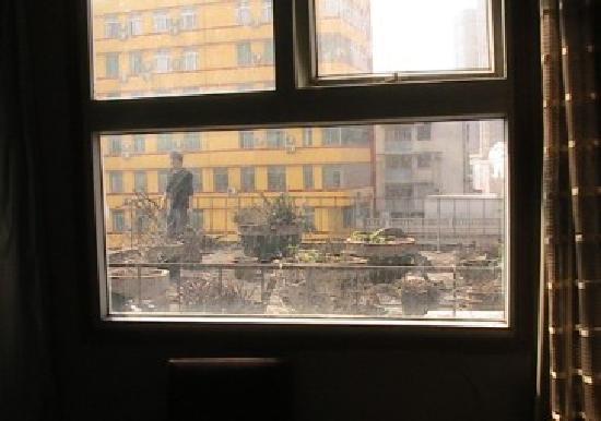 Home Inn (Guangzhou Shangxiajiu Business Pedestrian Street): 这哥们就在我窗户外边的露台上晃来晃去,不知道在干什么