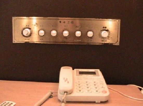 Huangpu Hotel : 灯的控制开关太旧了,建议换一下