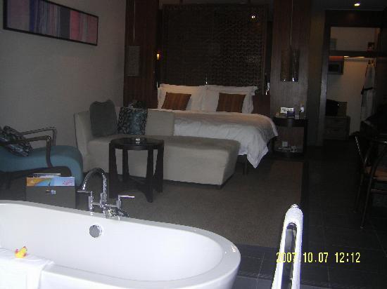 ฮิลตัน รีสอร์ทแอนด์สปา: 希尔顿房间 我们住一楼,房间的光线不是很好,看看那个浴缸,如果是面海的高层,是可以边泡澡边欣赏美景的哦