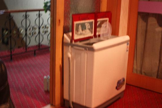 Shihua Boutique Hotel : 走廊里的洗衣机