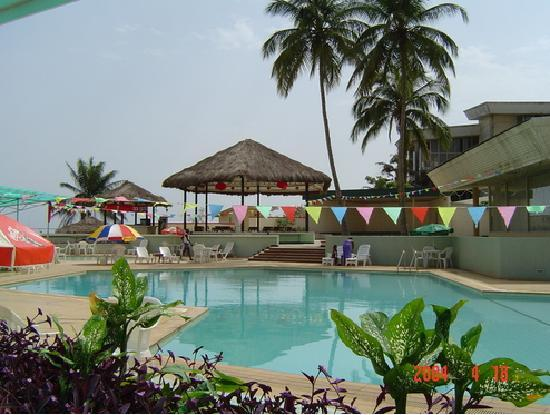 Bintumani Hotel: swimming pool