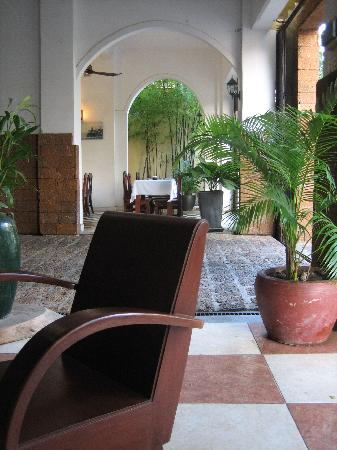 Kambuja Inn: 前台休息区