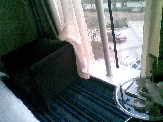 7+1 Business Hotel (Liuan Meishan Road): 沙发茶几很现代,128特价房有点小