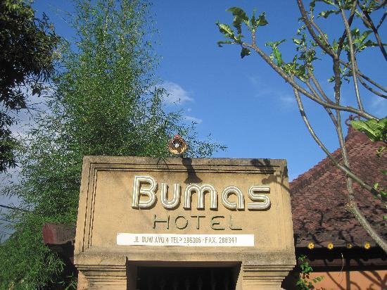 Bumas Hotel: 门口牌子很小。