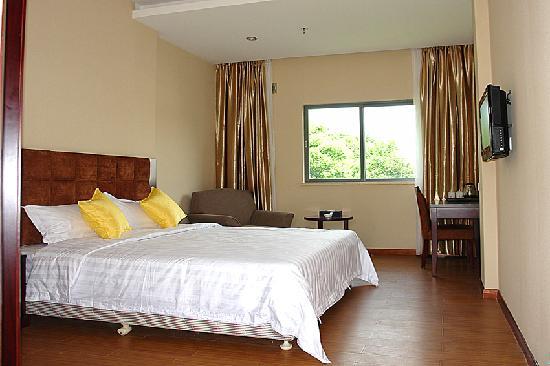 Gangwan Business Hotel : 房间:面积30平方米;床型床宽:1张床/1.8x2米;6-7层/12间,晶电视,保险柜,独立卫生间,24小时热水。