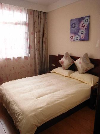 Jinzhao Business Hotel: 大床挺舒服,房间配备挺全