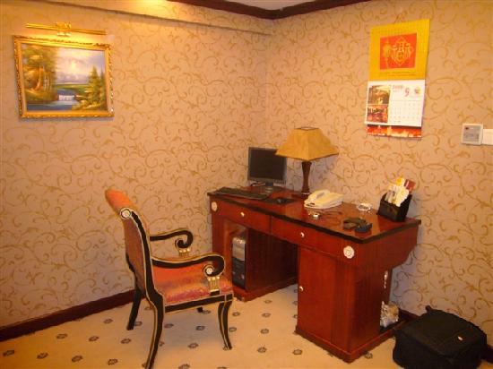 Salvo Hotel Shanghai: 电脑桌