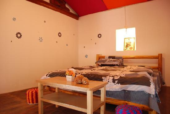 Linxi Hostel: 木楼二楼203房(2米大床房