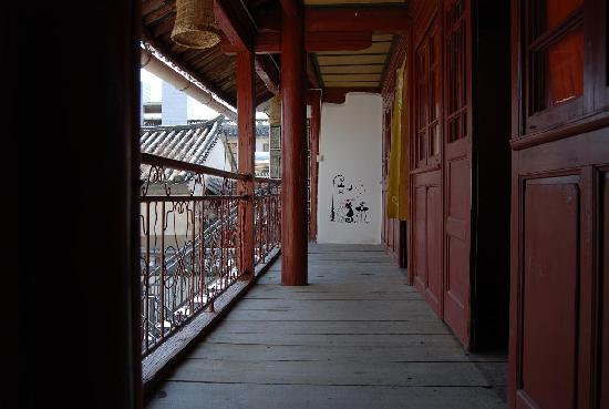 Linxi Hostel: 木楼二楼走廊