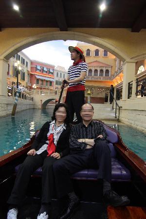 The Venetian Macao Resort Hotel: 三楼一站式的商业区.可以乘坐贡多拉.