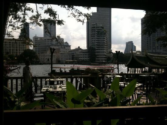 The Peninsula Bangkok: 早餐时用iphone拍的河景,难得那天是阴天:)