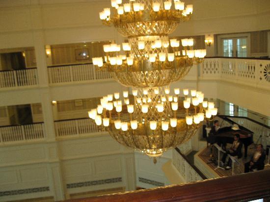 Hong Kong Disneyland Hotel: 大厅里的灯