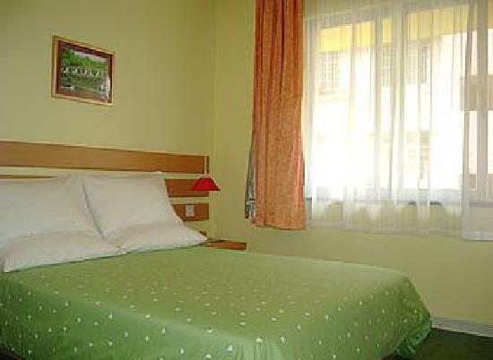 Home Inn (Xiamen Lundu): 绿色的床单不错