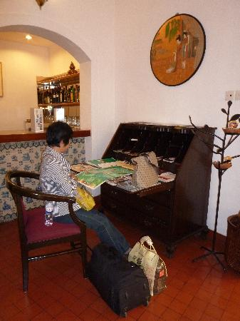 Pousada de Mong-Ha: 大堂一角,台上有澳门的旅游咨询。