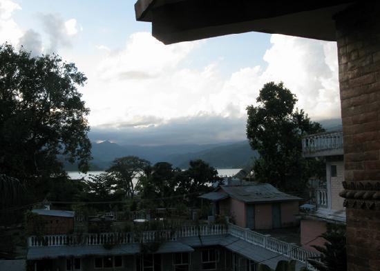 Hotel Landmark Pokhara : 从房间阳台上望到FEWA LAKE