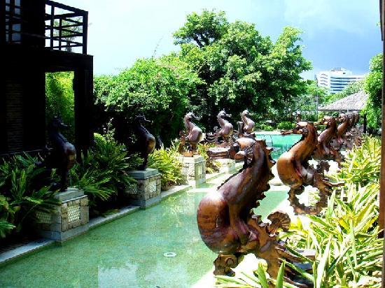 Jialai Yintan Huisuo: 泳池入口的喷泉,很有巴厘岛风味